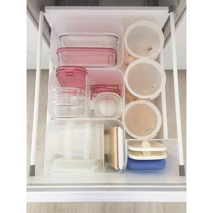 #保存容器 . タッパーなどの保存容器収納をちらり。 常備菜という名の作り置き?がない土曜日がタッパーの戻り率高め✨ . 少し冷蔵庫にあるけど今日はかなり多く戻ってるので イワキのガラス製のものは愛用♡レンジにかける時、蓋が密閉じゃない分そのままチン出来るので 油を含むおかずの作り置きは、プラスチック製のタッパーだと洗うのも大変になるし、色移りしてしまうことも余ったご飯の冷凍とかに使います . 仕切りは、ブックエンドの裏に防振粘着マット(耐震ジェル)を貼って動かないようにしています✨ . . #収納 #キッチン #キッチン収納 #粘着マット #ブックエンド活用 #ダイソー #整理収納 #整理整頓 #キッチン下 #シンク下 #シンプルライフ #片付け #生活感満載 #シンプル生活 #保存容器収納
