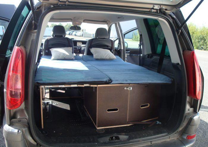 Les kit Nomad Addict permettent de transformer et aménager votre véhicule voiture ou fourgon en mini camping-car. C'est la solution idéale pour installer un lit, camper et dormir dans sa voiture ou son fourgon aménagé. Nos kits de camping pour voiture sont entièrement amovibles en quelques minutes. Le Kit Nomad ici dans un Peugeot 807