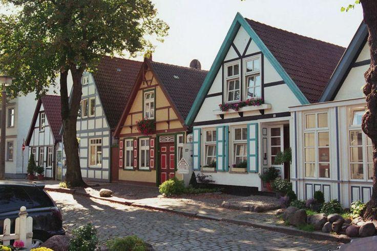 Warnmünde, Typische alte Fischerhäuser im historischem Ortskern.