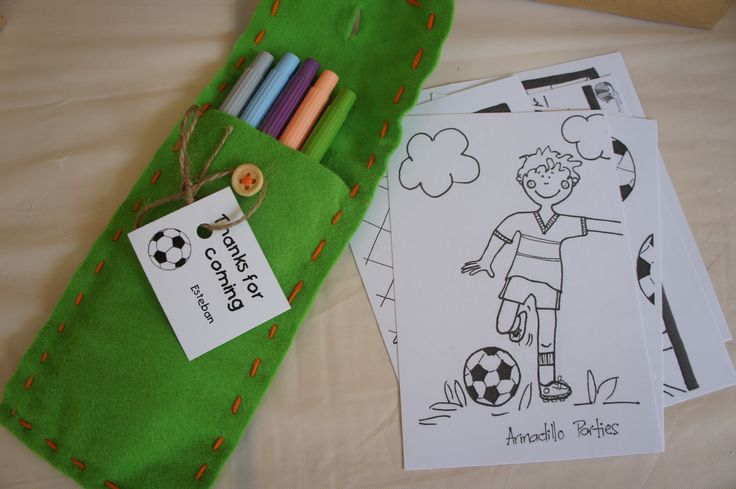 Soccer kids party - Party Bag - Crayons felt bag with thank you tag