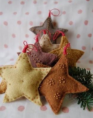 Ornamentos em formato de estrela feitos com feltro.