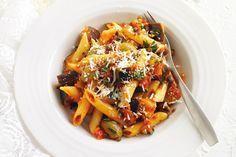 Μια εύκολη συνταγή για μια Ιταλική, Σιτσιλιάνικη σάλτσα Καπονάτα (Capunata alla Siciliana), με μια ελαφριά γλυκόξινη γεύση για εξαιρετικές μακαρονάδες. Εδώ