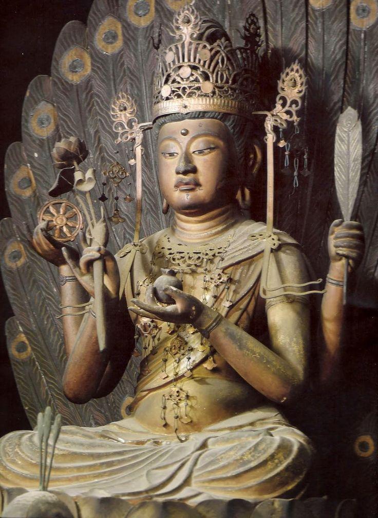 正暦寺孔雀明王坐像:鎌倉時代の制作。 孔雀は端正な容姿を持つが、毒虫や毒蛇を好んで食すという。だが、孔雀はその毒に侵されることはない。そこから転じて、孔雀明王は人間にとって毒である苦しみや災厄、煩悩を取り除く功徳があると伝わる。