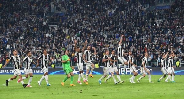 Juventus' players celebrate after winning the UEFA Champions League quarter final first leg football match Juventus vs Barcelona, on April 11, 2017 at the Juventus stadium in Turin. Juventus won 3-0. / AFP PHOTO / GIUSEPPE CACACE