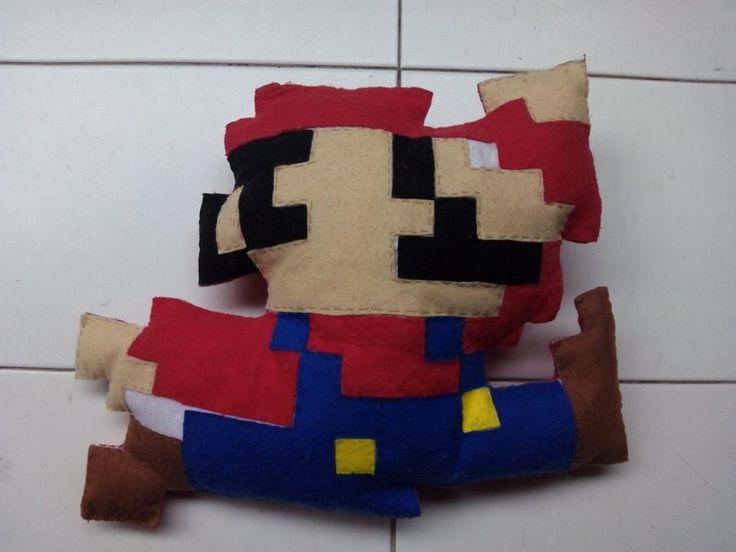 Cojín Mario Bros pixelado hecho artesanalmente en fieltro. 24€ https://www.facebook.com/complementosaliehs/