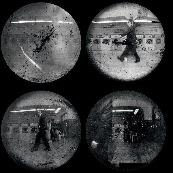 These photographs are made for walking . #ExpoStevenPippin #StevenPippin . STEVEN PIPPIN Laundromat Locomotion (Walking Backwards), [Marche à reculons] L-L n°04, 1997 Douze épreuves positives par contact des films négatifs originaux © Steven Pippin