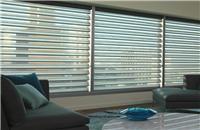Cortinas Pirouette® para Living - Suaves lamas que se articulan y ondulan al ser accionadas sobre una gasa transparente./ Living room blinds curtains windows covering decoración ventanas salón sala
