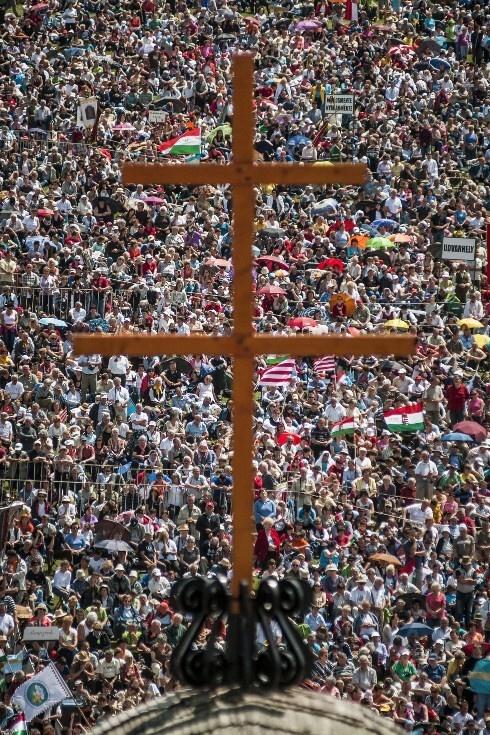 Zarándokok százezrei a csíksomlyói búcsún .A legnagyobb magyar zarándoklatra Erdélyből, Magyarországról és a világ minden tájáról érkeztek zarándokok.