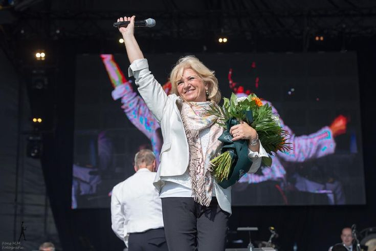 Dutch singer Anita Meyer closes the concert at Veteransday in The Hague by FONSMM