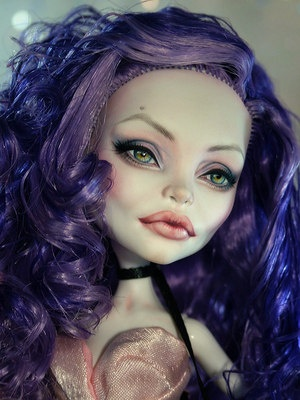 Angelina Jolie Monster High repaint :)                              …