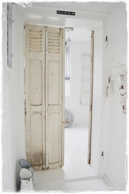 Afscheiding hal en tuinkamer beneden? Plafond hoog mits niet te zwaar. Ben wel voor blank geschuurd.