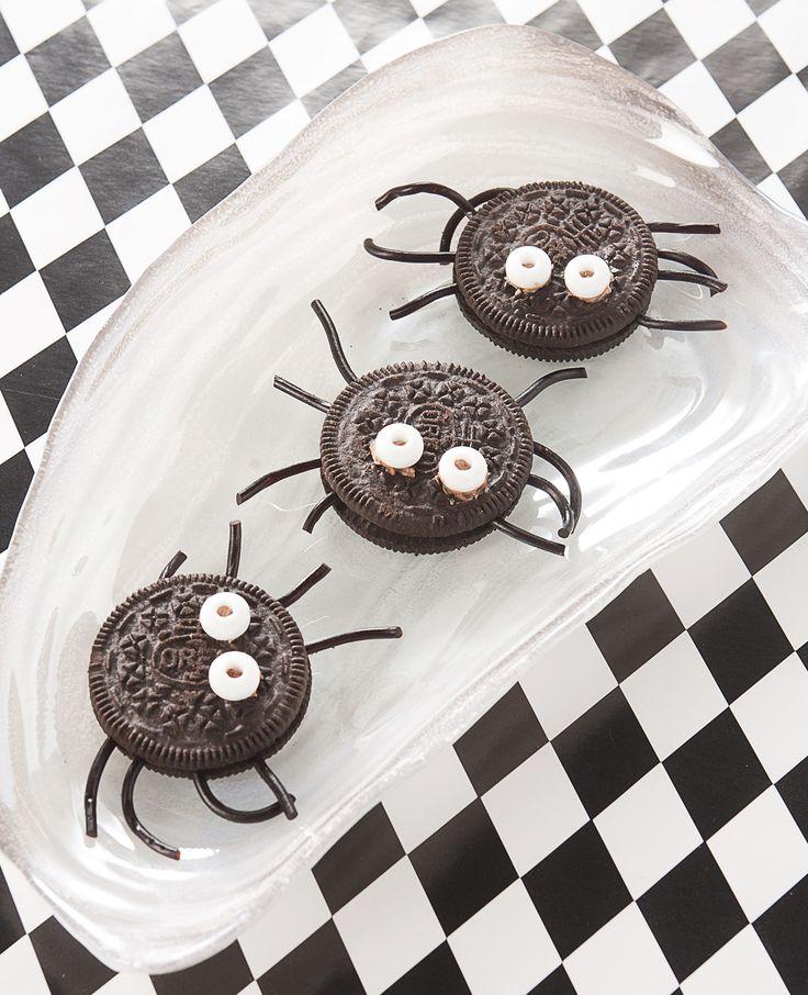 Wist je dat je met oreokoekjes lekkere en leuke traktaties kunt maken? Deze spinnetjes zijn om op te eten! Dit heb je nodig: Oreo's Dropveters Kleine witte snoepjes Chocopasta Zo maak je het: Plak de snoepjes met chocopasta op de…