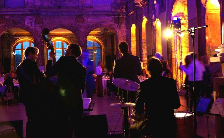 Hochzeitsband spielt zum Tanz. Tanzband für Hochzeitsfeier