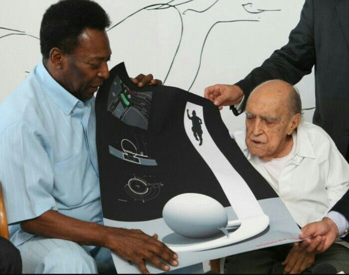 Oscar Niemeyer presents his project for the Museum Pelè to the great brazilian footballer