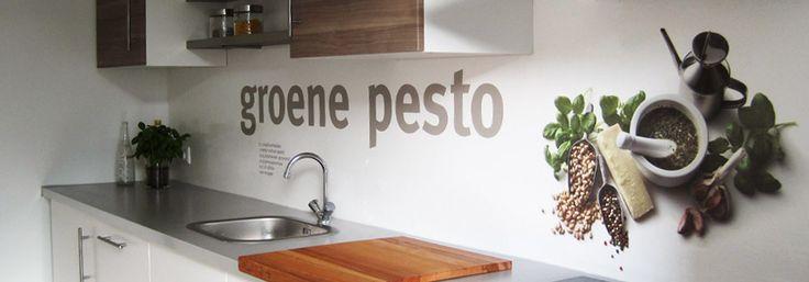 Groene Pesto op de achterwand van Maaike, mooi voorbeeld van een PimpYourKitchen ontwerp in een keuken!