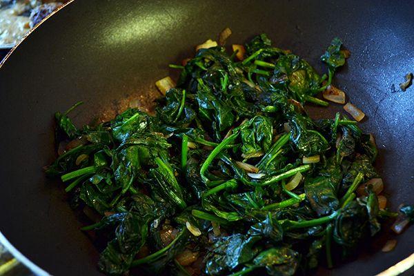 Spinazie+is+een+groente+die+ik+niet+heel+vaak+eet.+Waarom+weet+ik+eigenlijk+niet..+het+is+gezond+voor+je+aangezien+het+bomvol+ijzer+en+vitaminen+zit+en+daarnaast+is+het+ook+erg+makkelijk+om+mee+te+werken.+Vroeger+at