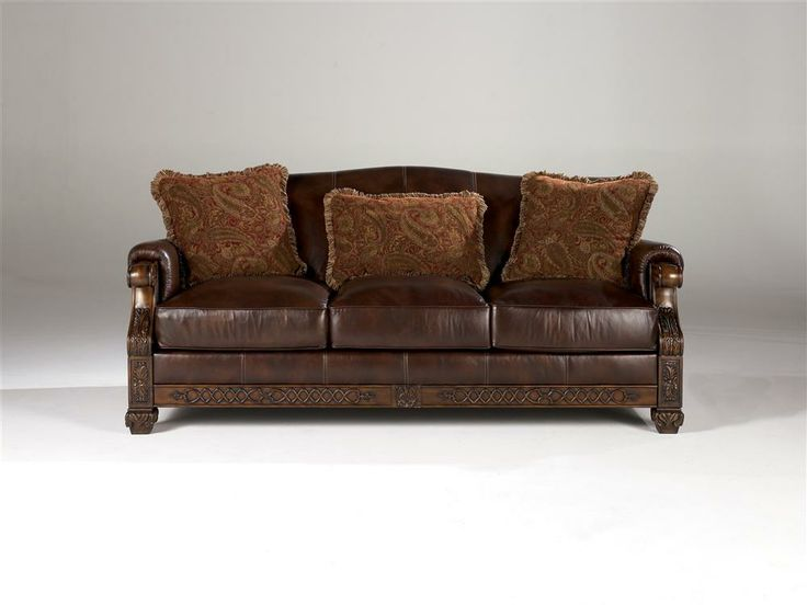Signature Design by Ashley   Leather Sofa w Carved Wood Frame   Pillows. Die besten 25  Ashley leather sofa Ideen auf Pinterest