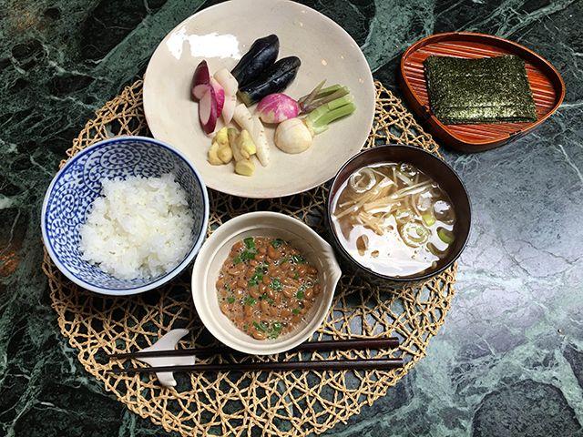 納豆、のり、ご飯、味噌汁(えのき茸、ねぎ)、ぬか漬け(こなす、蕪、日野菜蕪)