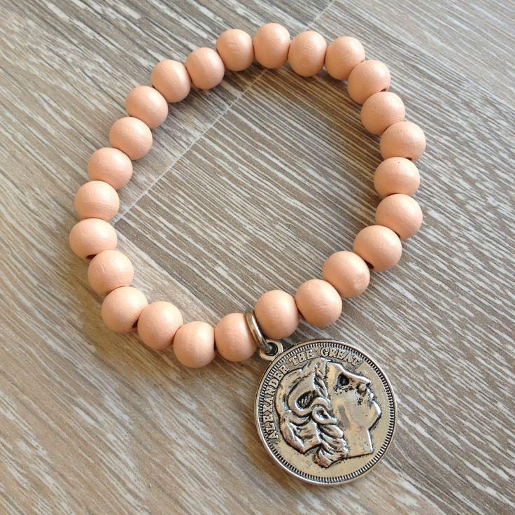 Armband van 8mm koraal met metalen Romeinse munt. Van JuudsBoetiek, €3,50. Te bestellen op www.juudsboetiek.nl.