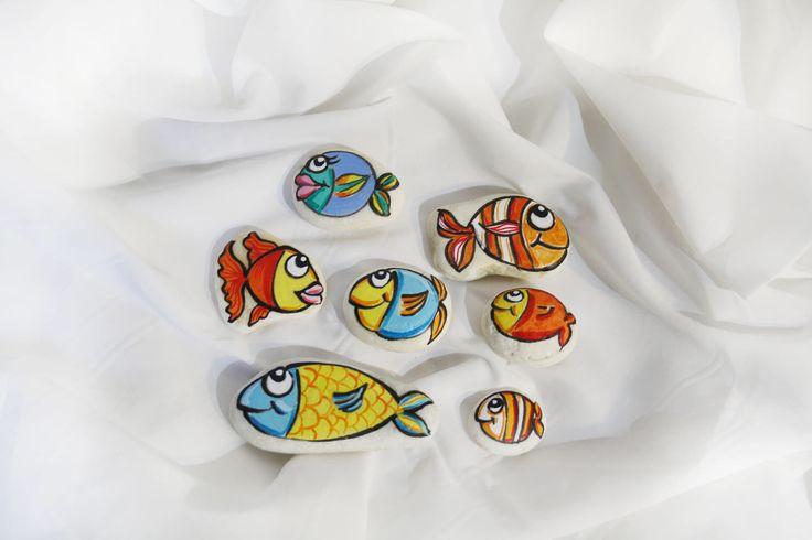 Sassi dipinti pesci colorati fumetto idea regalo soprammobili multicolori fermacarta oggetti decora casa decorazione dipinte marmo di carrar di soniacrea su Etsy https://www.etsy.com/it/listing/521822449/sassi-dipinti-pesci-colorati-fumetto