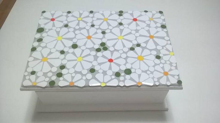 Caixa de chá em delicado mosaico floral, by Sueli Cemin