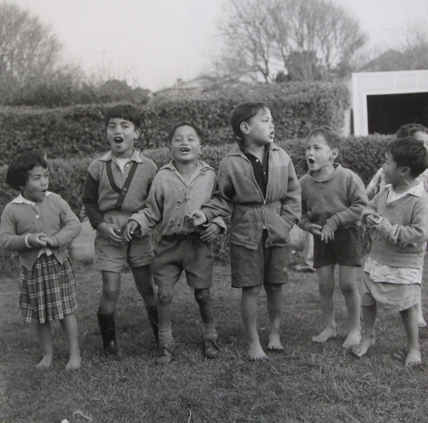Children chanting. Ans Westra