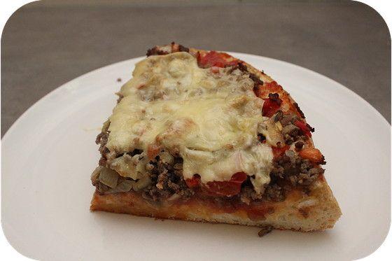 Op dit eetdagboek kookblog : Ingrediënten: 1 ui, 1 flinke teen knoflook, 1 theelepel sambal, 250 gram gehakt, 1/2 rode paprika, 125 gram champignons, 2 tomaten, zout, peper, 1 Turks br
