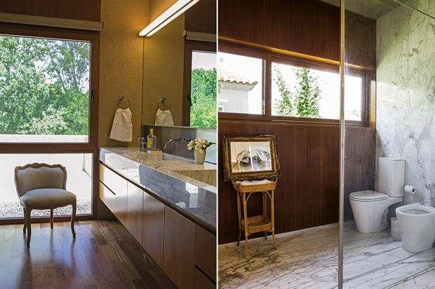 Dos baños en tono moderno . La división entre el sector de tocador y la sala de baño, con bañadera y sanitarios 'Marina' de Ferrum, se hizo con un panel de vidrio: la expresión mínima para dividir sin fragmentar visualmente.