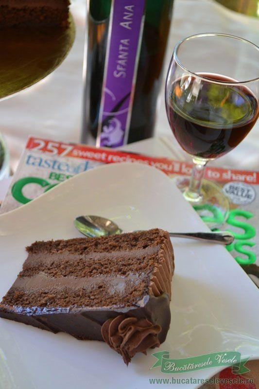 Tortul ganache este un tort fin umplut cu crema ganache de ciocolata.Cum se face reteta de tort ganache.Crema ganache de ciocolata