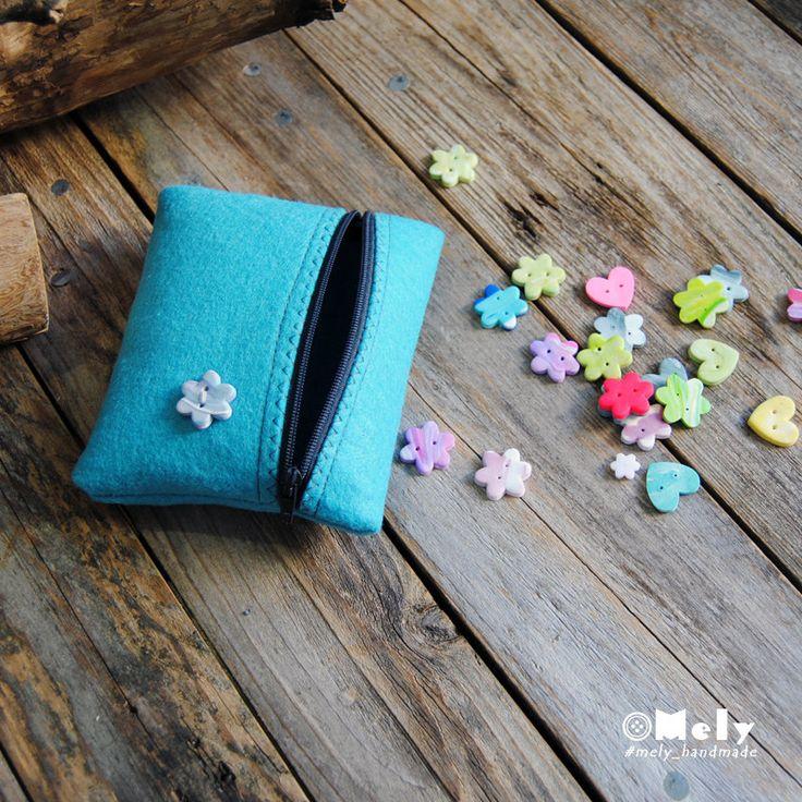 Piccolo portatutto da borsa in feltro turchese con bottoni decorativi a forma di fiore di MelyHandmade su Etsy