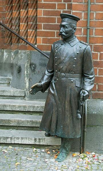 BERLIN, die Bronzestatue des Hauptmann von Köpenick (Friedrich Wilhelm Voigt), vor dem Rathaus von Köpenick https://de.wikipedia.org/wiki/Hauptmann_von_K%C3%B6penick