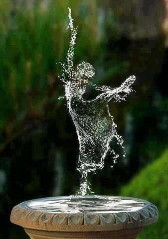 leveza da água.  Water fountain ballerina made of droplets