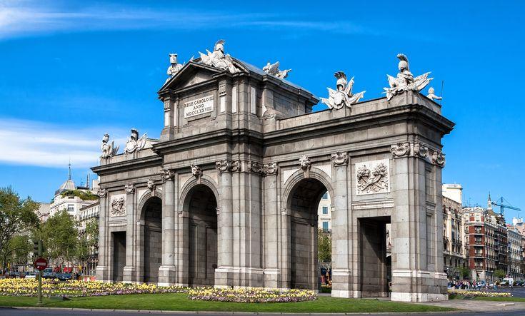 Ahí está, ahí está viendo pasar el tiempo... la #PuertaDeAlcalá. Una de las 5 antiguas puertas reales de #Madrid. http://www.reservarhotel.com/espana/hoteles-en-madrid/ #reservarhotel #hotel #hoteles #hotelenMadrid