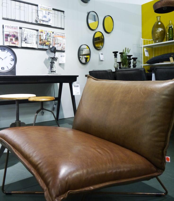Vintage kamer met retro bruin lederen fauteuil en stoere krukken. Zen Lifestyle is gevestigd in Wijchen bij Nijmegen en heeft showroom van 10.000 m². Natuurlijk vind je in onze winkel onze eigen producten, zoals ons aanbod vintage en retro banken, onze topsellers, zoals het vintage tv-dressoir Stan. Maar ook hebben wij de mooie collectie van Zuiver en Duchtbone en vind je er nog veel meer topmerken, zoals Be Pure, JouwMeubel, UrbanSofa, Fatboy, Makkii, Woood etc.