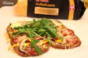 Hiihtolenkkien jälkeen kaivataan helppoa, maukasta ja lämmintä ruokaa! Kultakauraviipaleista saa oivan pitsan, jota voi tehdä juuri sen verran kuin on tarvetta!