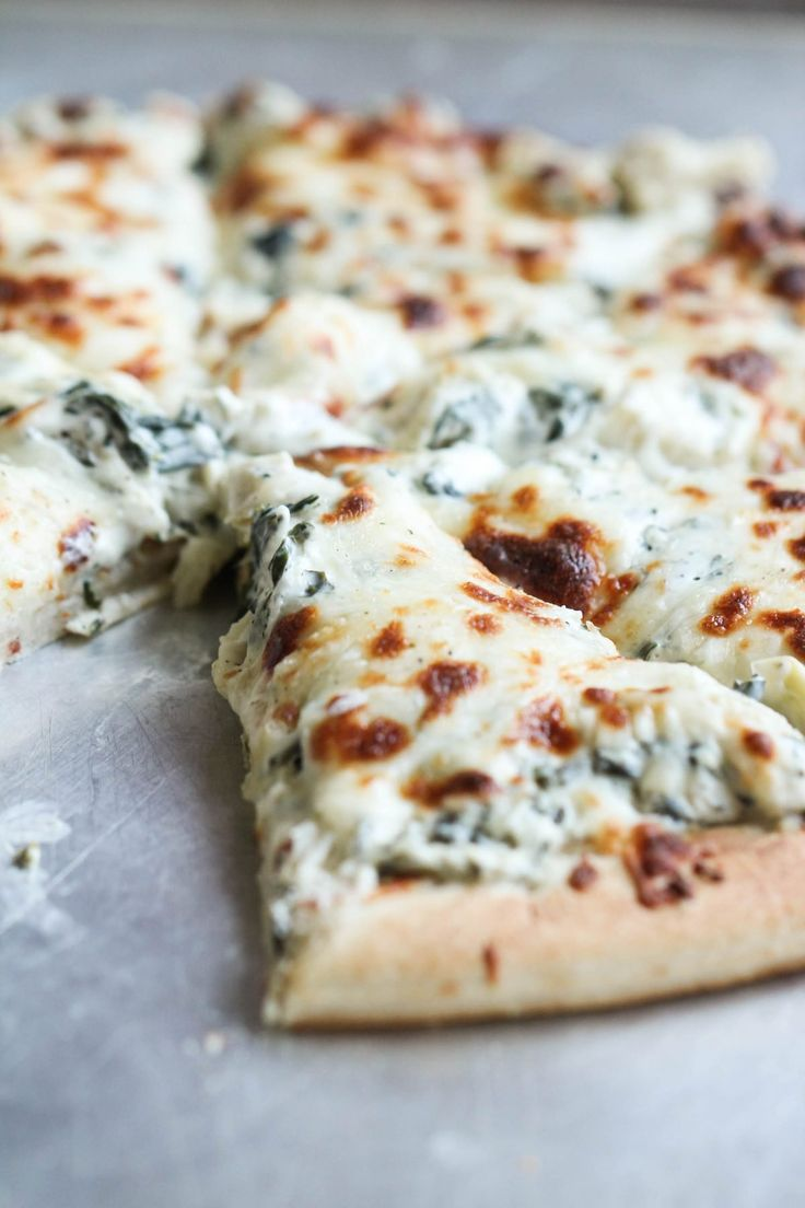 Spinach Artichoke Pizza | Attention all artichoke dip lovers (or not!), this recipe is for you! It is easy to make, and is seriously fail proof! Takes minutes to throw together and is perfect for girls night, dinner, appetizer, or even a snack! #partyfood #appetizer #recipe