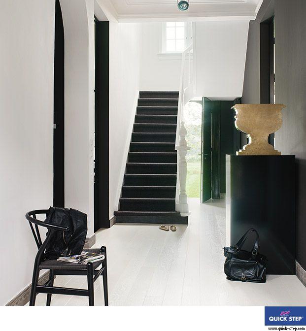 Zwarte trap in een verder lichte hal. Prachtig en gewaagd!