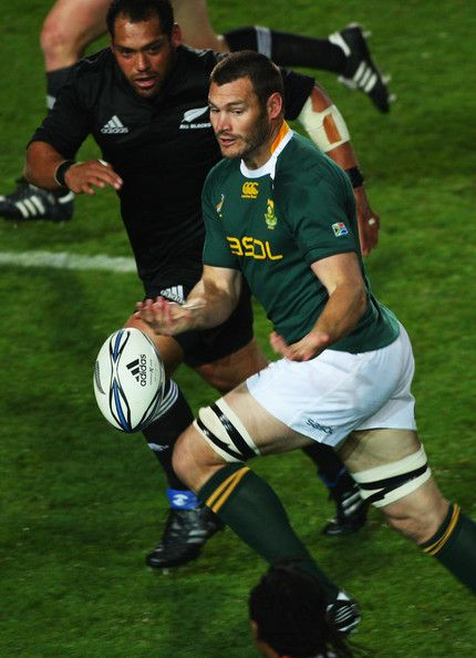 Danie Rossouw Photos Photos - Danie Rossouw of South Africa passes the ball during the Tri Nations Test between the New Zealand All Blacks and South African Springboks at Waikato Stadium on September 12, 2009 in Hamilton, New Zealand. - New Zealand v South Africa - 2009 Tri Nations