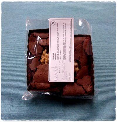 BROWNIES. Pequeño y cremoso pastelito de chocolate con nueces 100% artesano.  Bolsa de 2 unidades   Ingredientes: almidón de maíz, mantequilla, cobertura de chocolate, azúcar moreno, cacao en polvo, esencia de vainilla, huevo, clara y nueces.  Contenido en gluten: <5ppm  Analizado por laboratorios independientes  Caducidad: 30 días