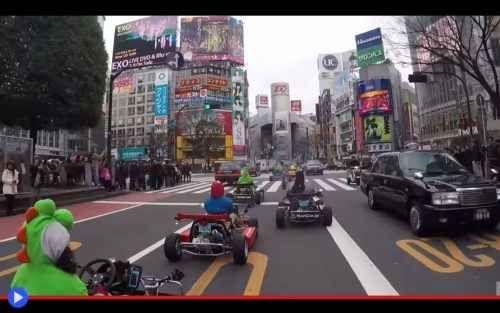 Un giro di Tokyo interpretando i personaggi di Mario Kart Una delle più famose citazioni in merito alla creatura sferica di colore giallo, senza ombra di dubbio il più diffuso passatempo elettronico degli anni '80, è stata ideata dal comico inglese Marcus B #giappone #tokyo #viaggi #divertente
