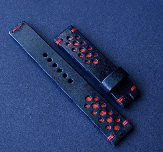 20\18 aus schwarzem Leder Armbanduhr handgemachte Gurt Rallye 100 % handgemachte Leder Armbanduhr besteht aus Premium-Qualität italienischen Leder. Vollständig von Hand sehr hochwertige gewachst Faden genäht. Kanten gewachst Carnabua Naturwachs.  -Größe auf Uhr 20mm -Größe auf Schnalle 18mm -Lange Teil 125mm -Kurzes Stück 80mm -Dicke ca. 3 mm -Farbe schwarz  !!! Verfügbar für benutzerdefinierte bestellen - Breite, Länge und Faden Farbe!!!  In einem Stück hergestellt. Das Foto ist dieses…