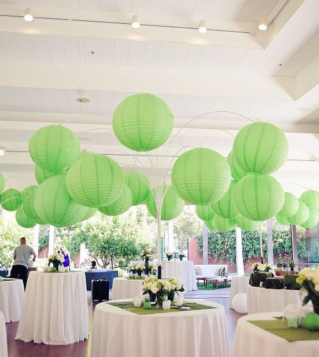 A tree with paper lanterns Een boom met lampionnen! Originele versiering voor je feest  Groene lampionnen  #Bruiloft inspiratie Huwelijk decoration Wedding inspiration Marriagedecoration Babyborrel #Styling Green paper lanterns  Check out website www.lampion-lampionnen.nl