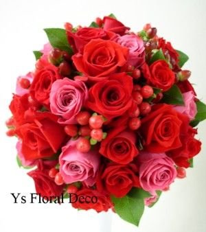 赤いドレスに  赤とピンクのラウンドブーケ  ys floral deco  @インターコンチネンタル東京ベイ