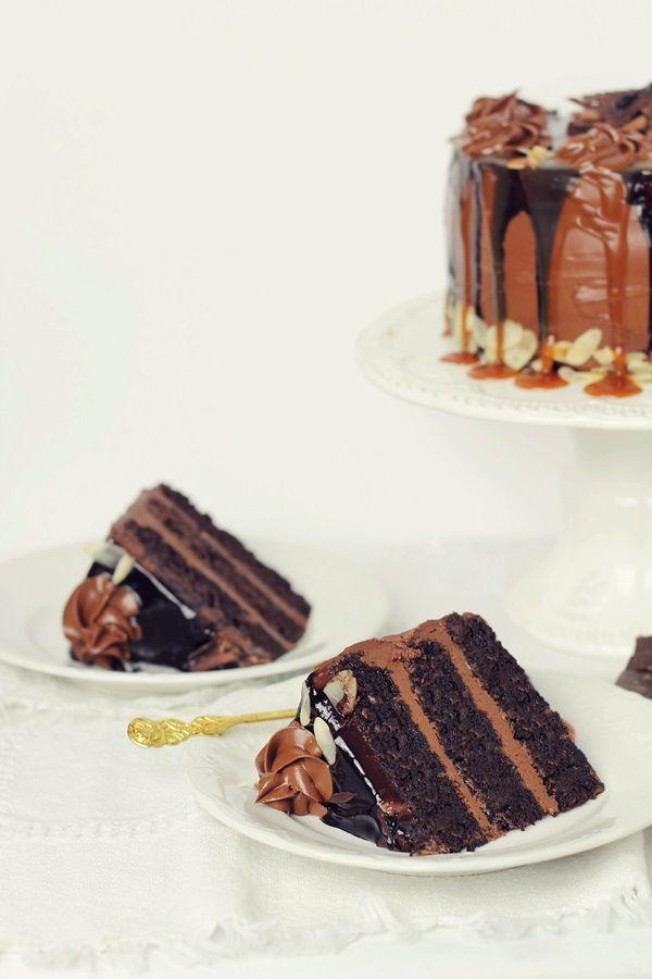 Tort de ciocolata (blat umed si frosting de ciocolata) |