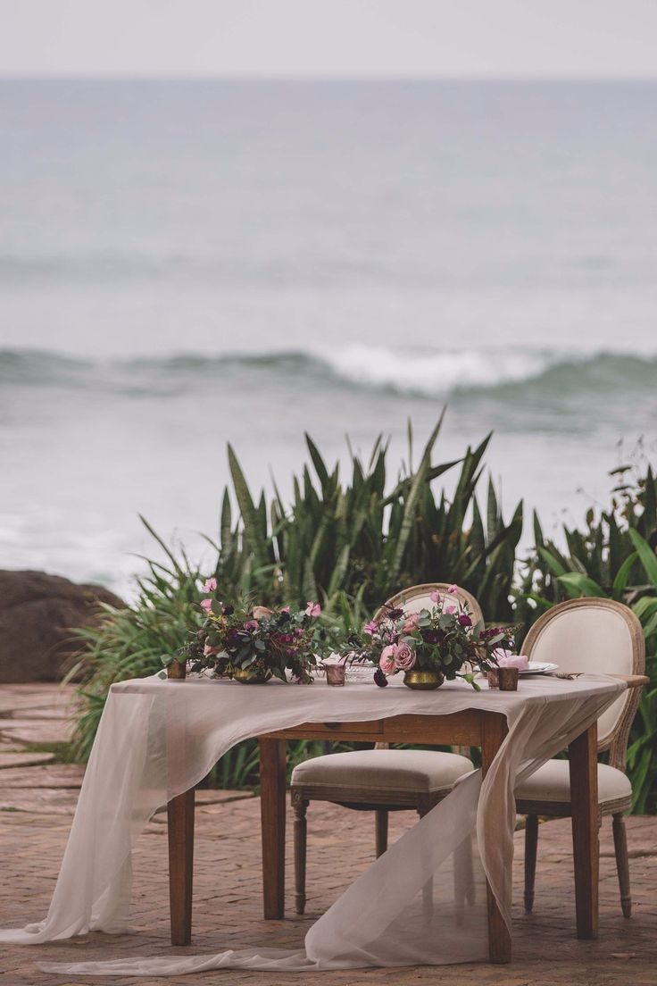 alluring berry toned destination wedding in hawaii cute sweetheart table