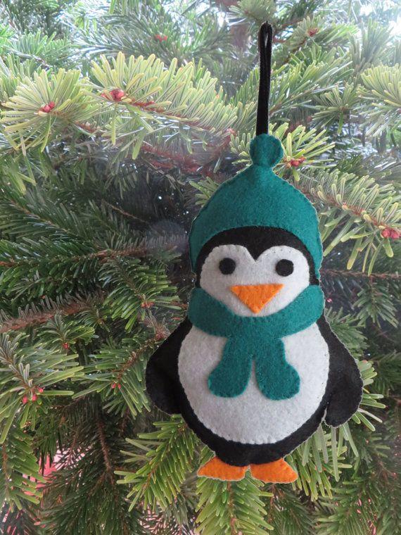 Décoration de Noël en feutrine : pingouin avec son bonnet et son écharpe vert sapin !