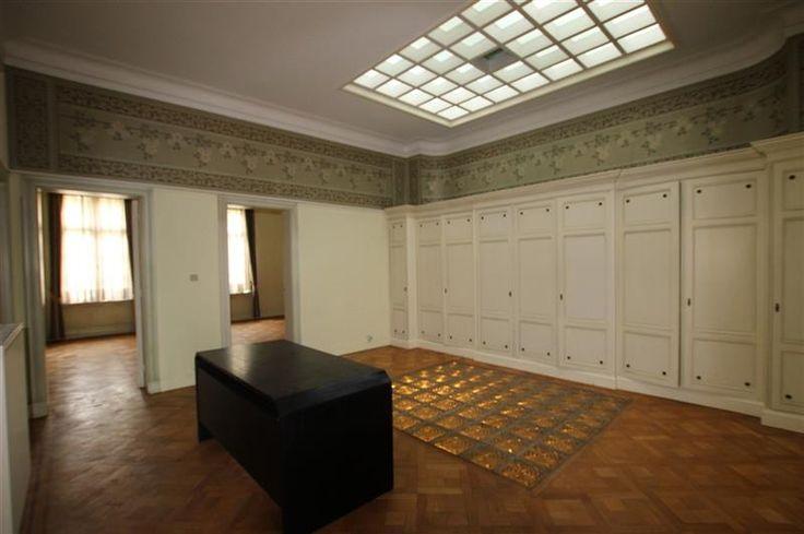 Te huur kantoor ca 140m² op de tweede verdieping - 1400€ - Mechelsesteenweg  166, 2018 ANTWERPEN - Kantoorruimte van ca. 140m² op de tweede verdieping, gelegen in een statig  BURGERHUIS  in Beaux-artstijl.  De kantoorruimte is te betreden via een trap of lift en bestaat uit diverse ruimtes.   Vanuit de traphal hebt u toegang tot een centrale ruime van ca.27 m².  Aan de voorzijde van het gebouw hebt u  twee aparte ruimtes van ca. 16 en ca.25m². Centraal gelegen hebt u een technische berging…