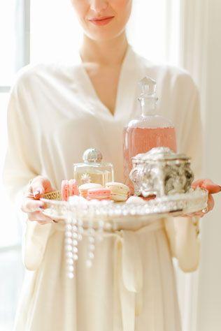 Утро невесты в нежных пастельных тонах, невеста, поднос с духами, бусами, шкатулка, цветы
