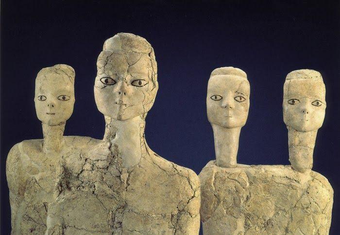 Figure in stucco; 9.000 anni fa circa, Neolitico preceramico (6800-6500 a.C.); stucco; Ain Ghazal, Giordania; Museo Archeologico, Amman, Giordania. La funzione di queste figure era, probabilmente, quella di affiancare il defunto nella sepoltura. Esse presentano volti espressivi, per quanto stilizzati, e la forma del cranio fa pensare al fatto che possedessero in origine un copricapo o una parrucca di paglia.