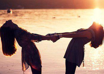 É sentir o carinho É ouvir o chamado É saber o momento de ficar calado Amizade é somar alegrias, dividir tristezas. É respeitar o espaço silenciar o segredo. É a certeza da mão estendida. A cumplicidade que não se explica, apenas se vive...